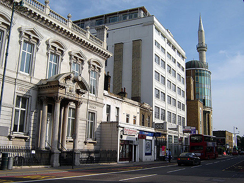 Haggerston Library and Mosque - Photo by Fin Fahey on Flickr - Licenza Creative Commons al momento dell'utlizzo